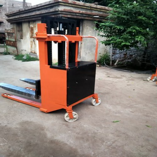 battery-operated-hydraulic-stackers